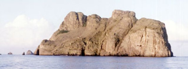 https://i1.wp.com/upload.wikimedia.org/wikipedia/commons/d/d2/Malpelo_Island.jpg?resize=639%2C235