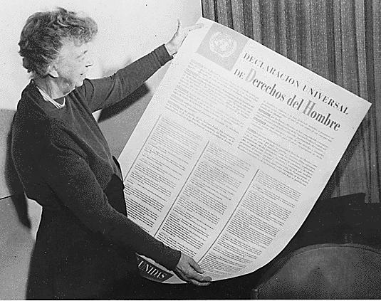 """Ett fotografi som visar Eleanor Roosevelt, en av de mänskliga rättigheternas främsta förkämpar, med FN:s deklaration om de mänskliga rättigheterna, ett av de mänskliga rättigheternas främsta litterära verk. Därtill omslagsbilden till """"De mänskliga rättigheternas väg"""" av Ove Bring."""