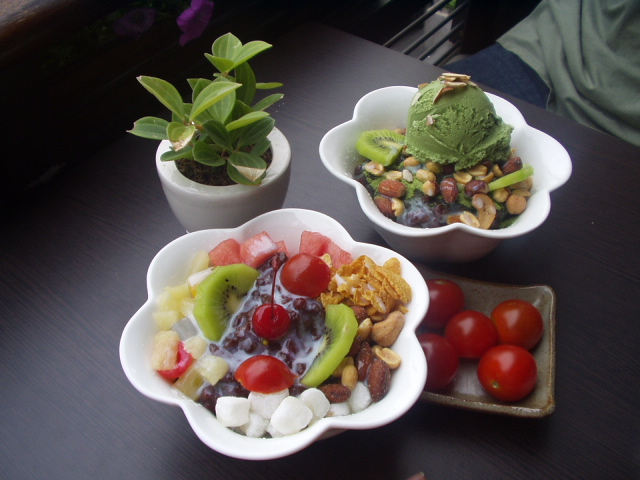 File:Korean shaved ice-Patbingsu-Nokcha bingsu-Cherry tomatoes.jpg