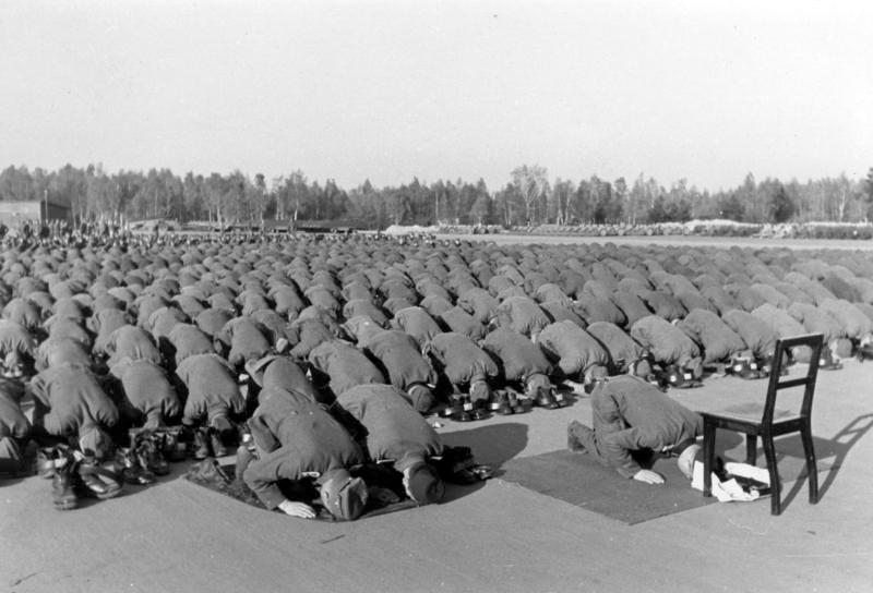 File:Bundesarchiv Bild 146-1977-137-20, Bosnische SS-Freiwillige beim Gebet.jpg