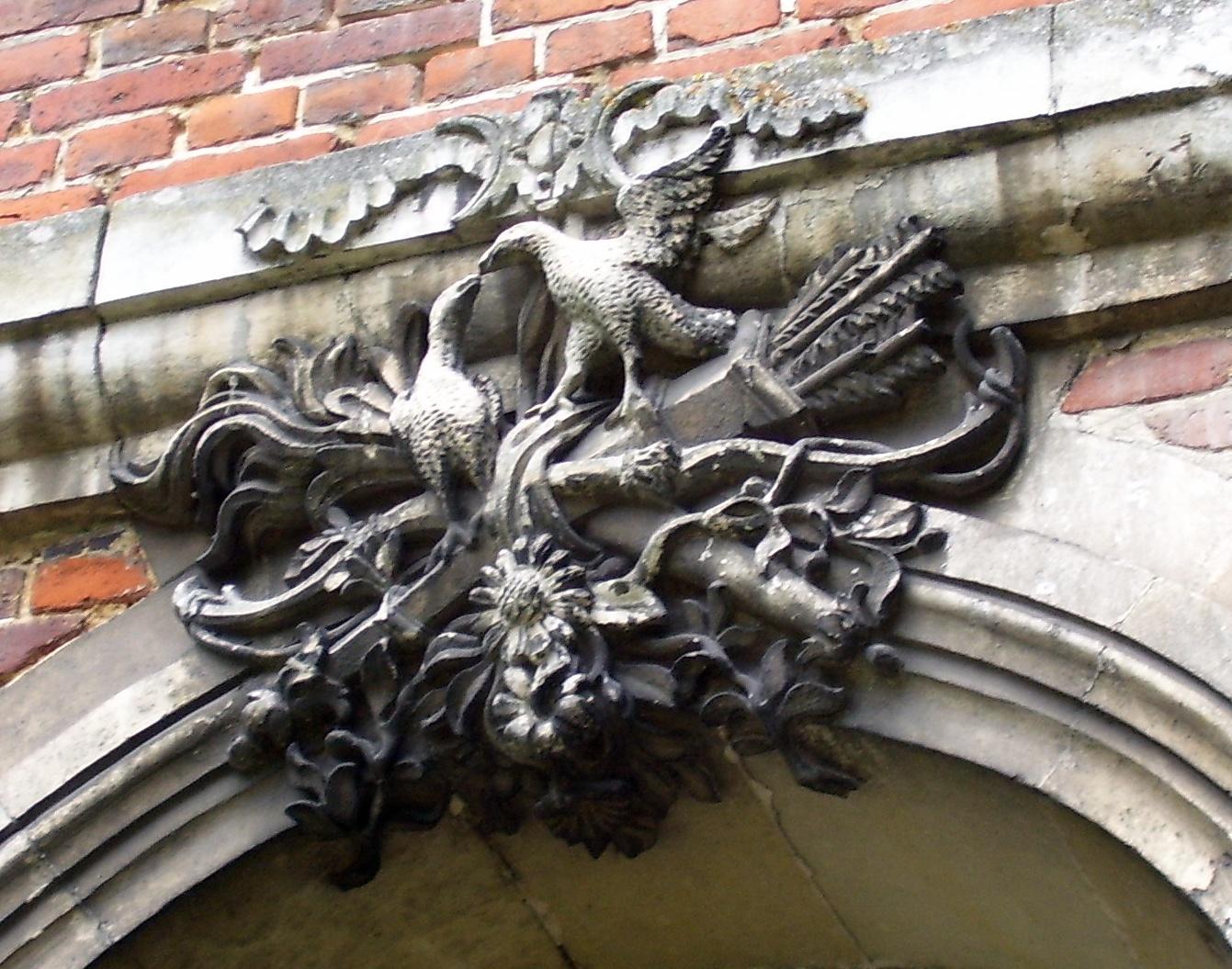 schnäbelnde Vögel (Fasane?) auf Bogen und Pfeilen, eigenes Foto, public domain/gemeinfrei