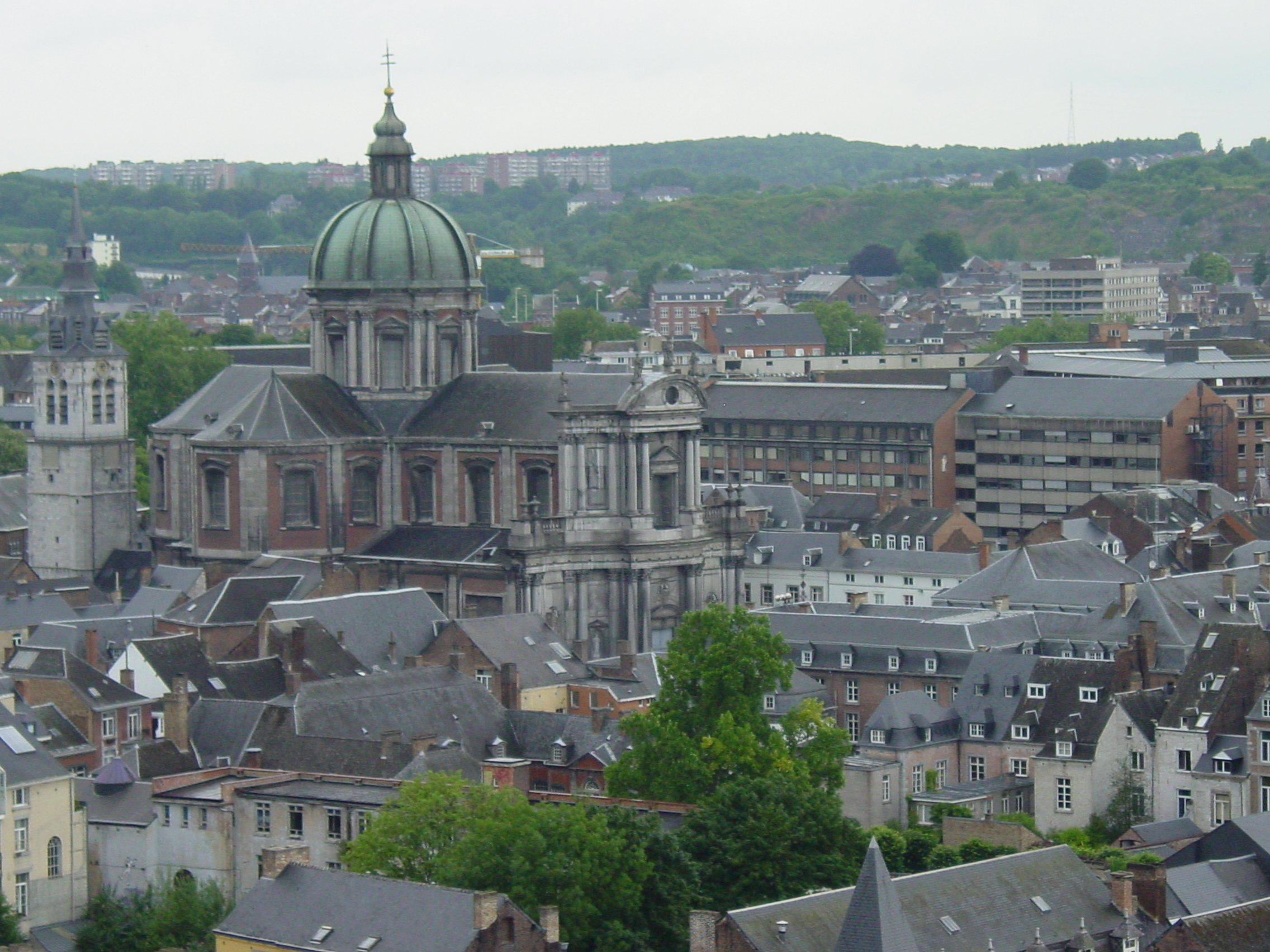 https://i1.wp.com/upload.wikimedia.org/wikipedia/commons/d/db/Namur,_la_Cath%C3%A9drale_Saint-Aubain.JPG