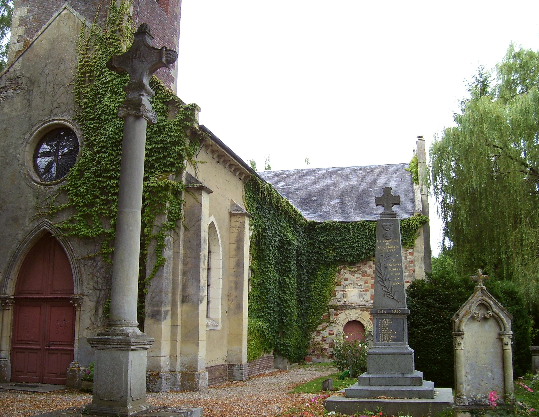 nochmal die Kirche, mit dem Kriegerdenkmal, eigenes Foto (auf commons), Lizenz:public domain