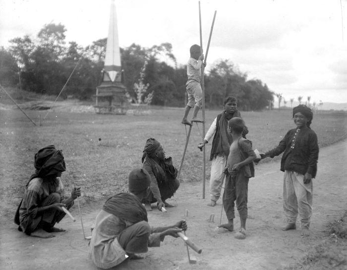 COLLECTIE TROPENMUSEUM Kinderspelletjes steltlopen en crocket Karolanden TMnr 10013759 Mainan Bocah Belanda VS Mainan Bocah Pribumi