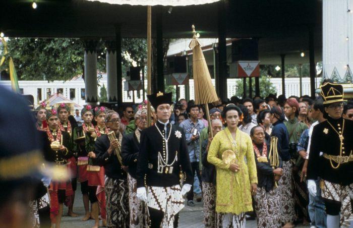 Berkas:COLLECTIE TROPENMUSEUM Inhuldiging van Sultan Hamengku Buwana X in de kraton met naast hem de Gusti Kanjeng Ratu Hemas TMnr 20018311.jpg