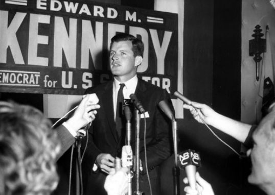 https://i1.wp.com/upload.wikimedia.org/wikipedia/commons/d/dd/TedKennedy_1962.jpg