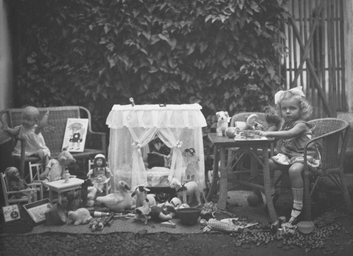 COLLECTIE TROPENMUSEUM Meisje met de haar tijdens het Sinterklaasfeest gegeven kado%27s TMnr 60028911 Mainan Bocah Belanda VS Mainan Bocah Pribumi