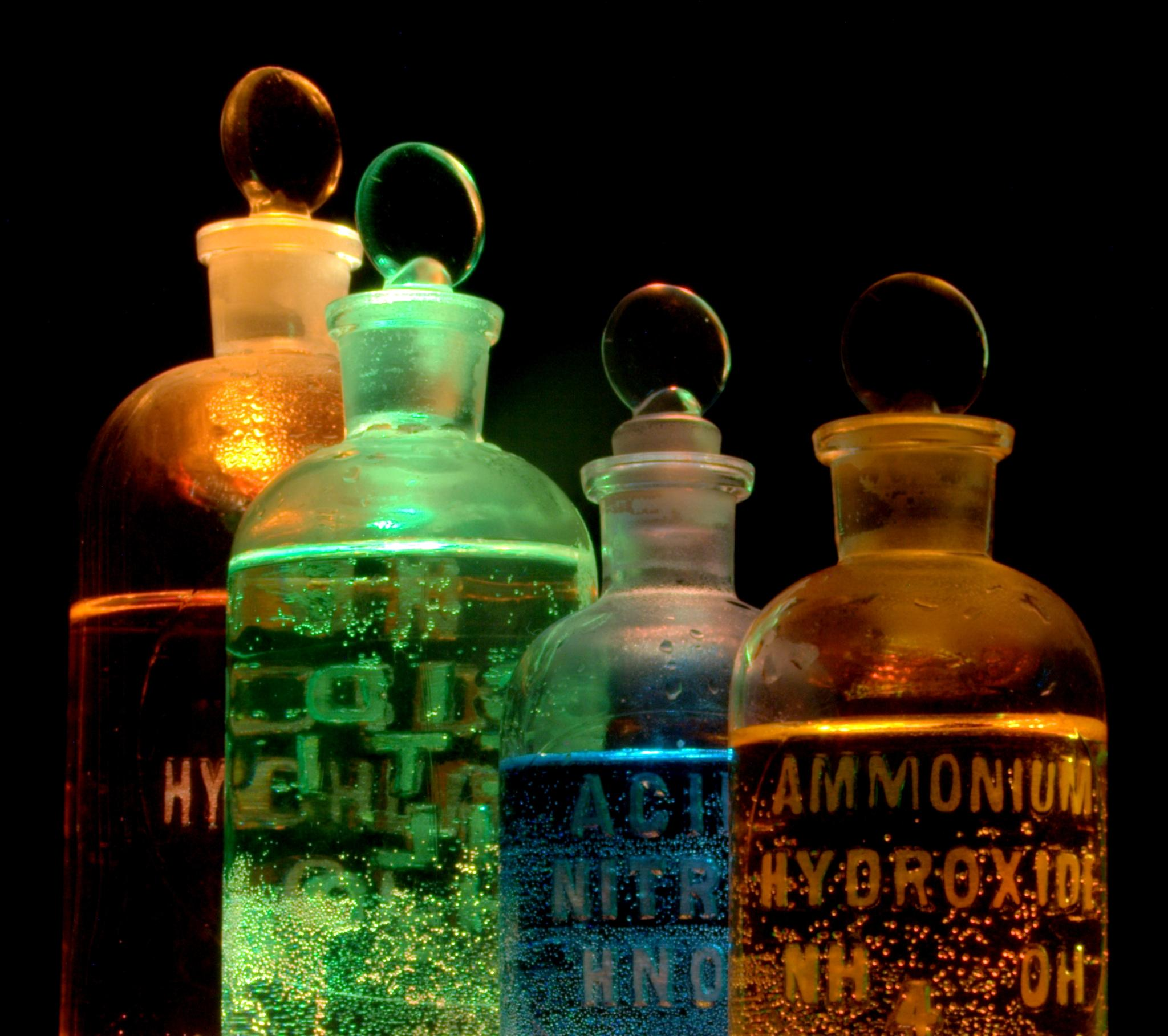 Solutions of substances in flasks - Joe Sullivan (Flickr) - Wikimedia Commons