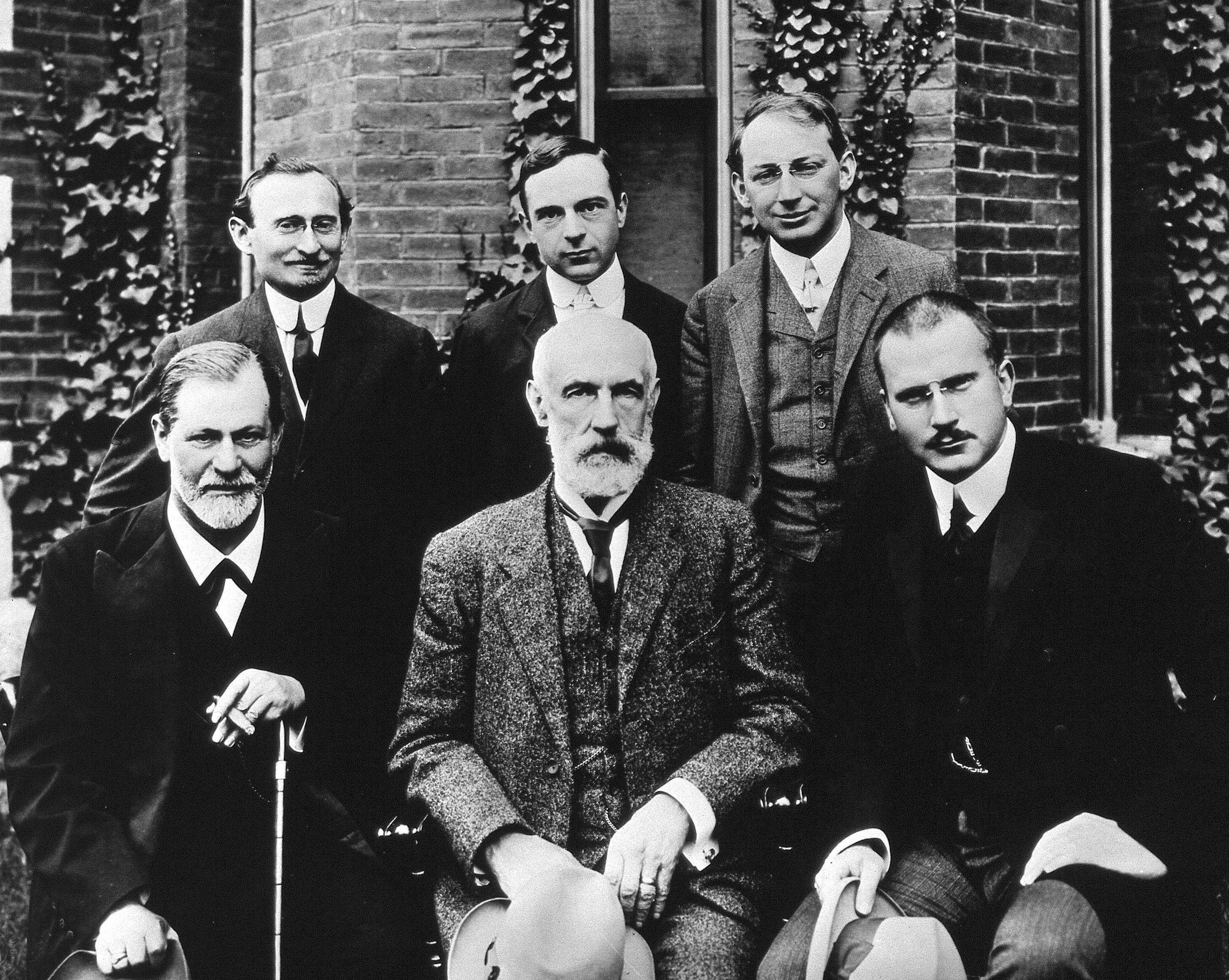 Eturivin vasemmassa laidassa Freud, oikeassa laidassa Jung
