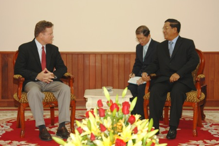 https://i1.wp.com/upload.wikimedia.org/wikipedia/commons/e/e5/Jim_Webb_with_Hun_Sen.jpg