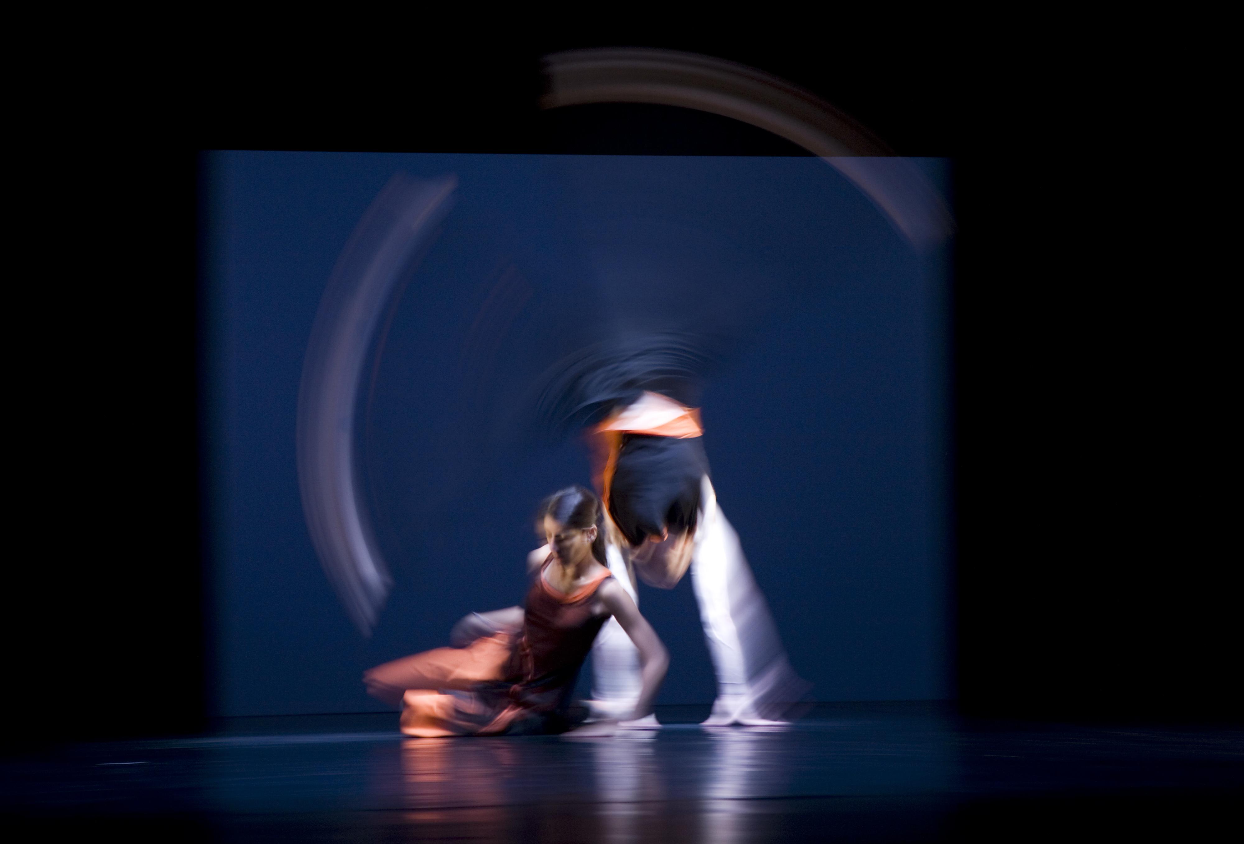 https://i1.wp.com/upload.wikimedia.org/wikipedia/commons/e/e5/Munich_-_Two_dancers_captured_in_blurred_movement_-_7800.jpg