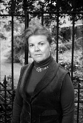 English: Portrait of the author Joan Aiken