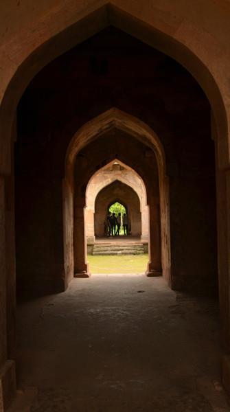 File:Depth in the arch.jpg