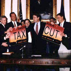 Bayh Tax Cut.jpg von Wikimedia Commons User: Rushadthomas
