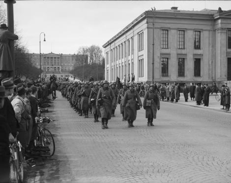 German forces in Oslo, the Royal Palace in the background. Photo: Unknown photographer via Wikimedia Commons.