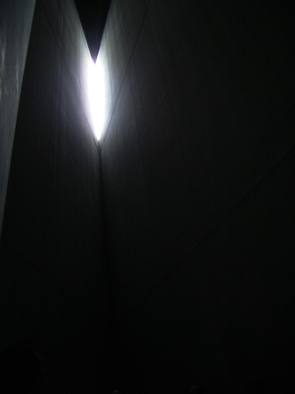 Holocaustturm_im_Jüdischen_Museum_innenansicht.jpg (960×1280)