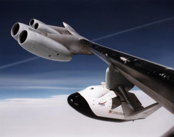 File:X-38 under a B-52 Wing.jpg - Wikimedia Commons