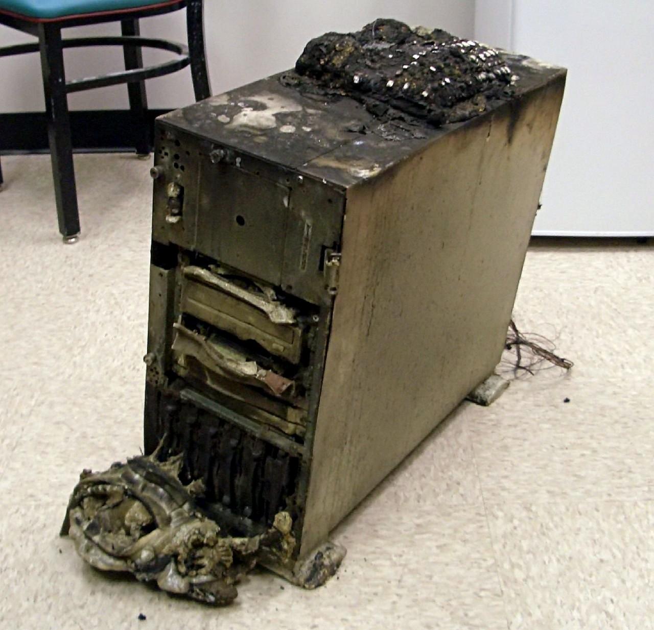 verbrannter Server, von John aus den USA, Lizenz: Creative Commons Attribution 2.0
