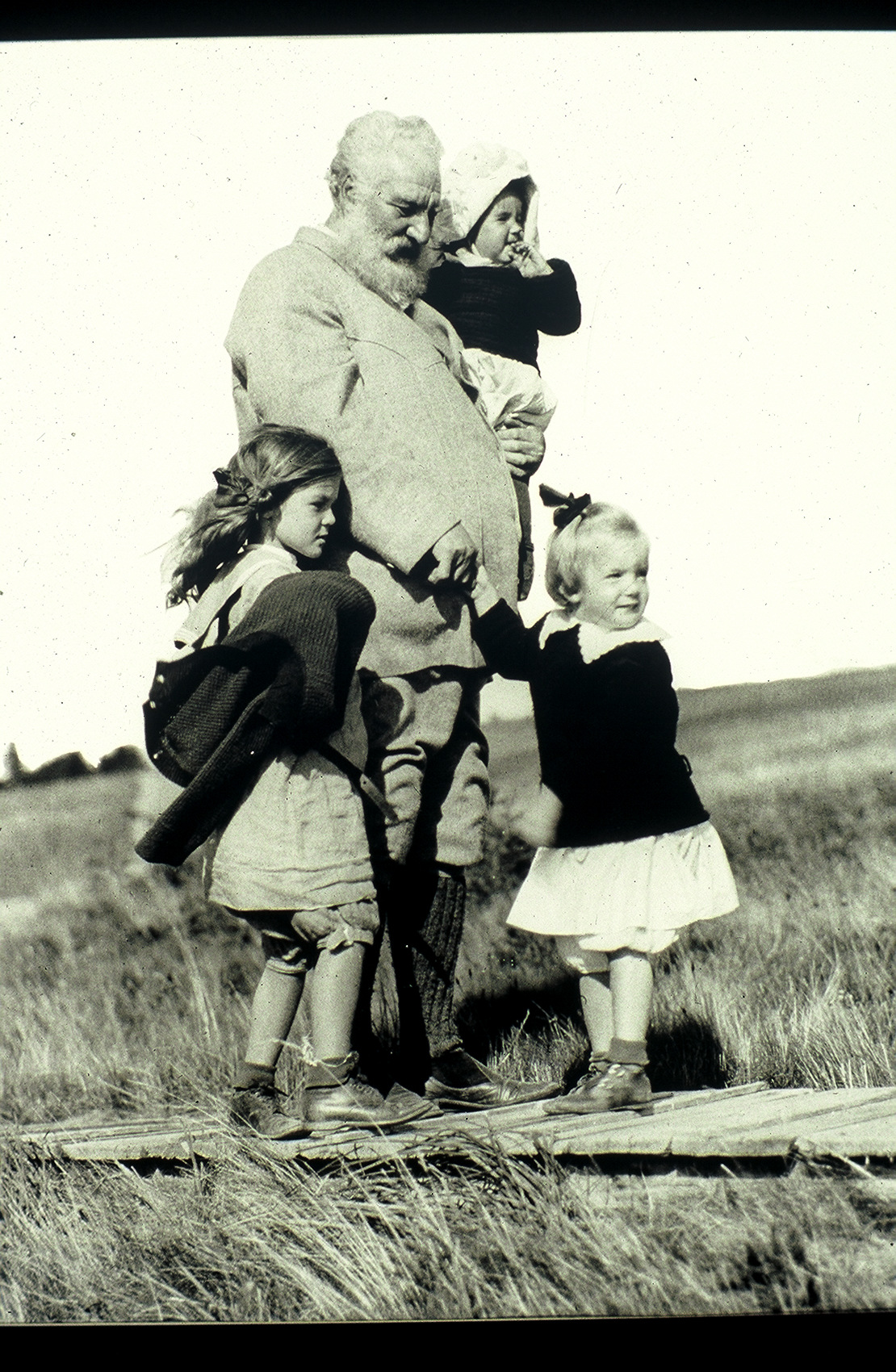 File Alexander Graham Bell With Three Granddaughters