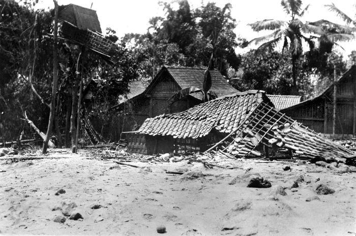 https://i1.wp.com/upload.wikimedia.org/wikipedia/commons/f/f2/COLLECTIE_TROPENMUSEUM_De_lavastroom_die_in_1930_bij_de_uitbarsting_van_de_vulkaan_Merapi_vrijkwam_verwoestte_het_huis_van_het_desahoofd_van_Gejugang_Midden-Java_TMnr_10004327.jpg
