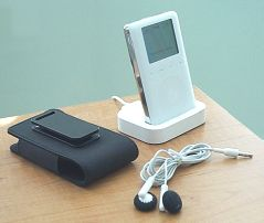 English: 3G iPod with included dock, earphones...