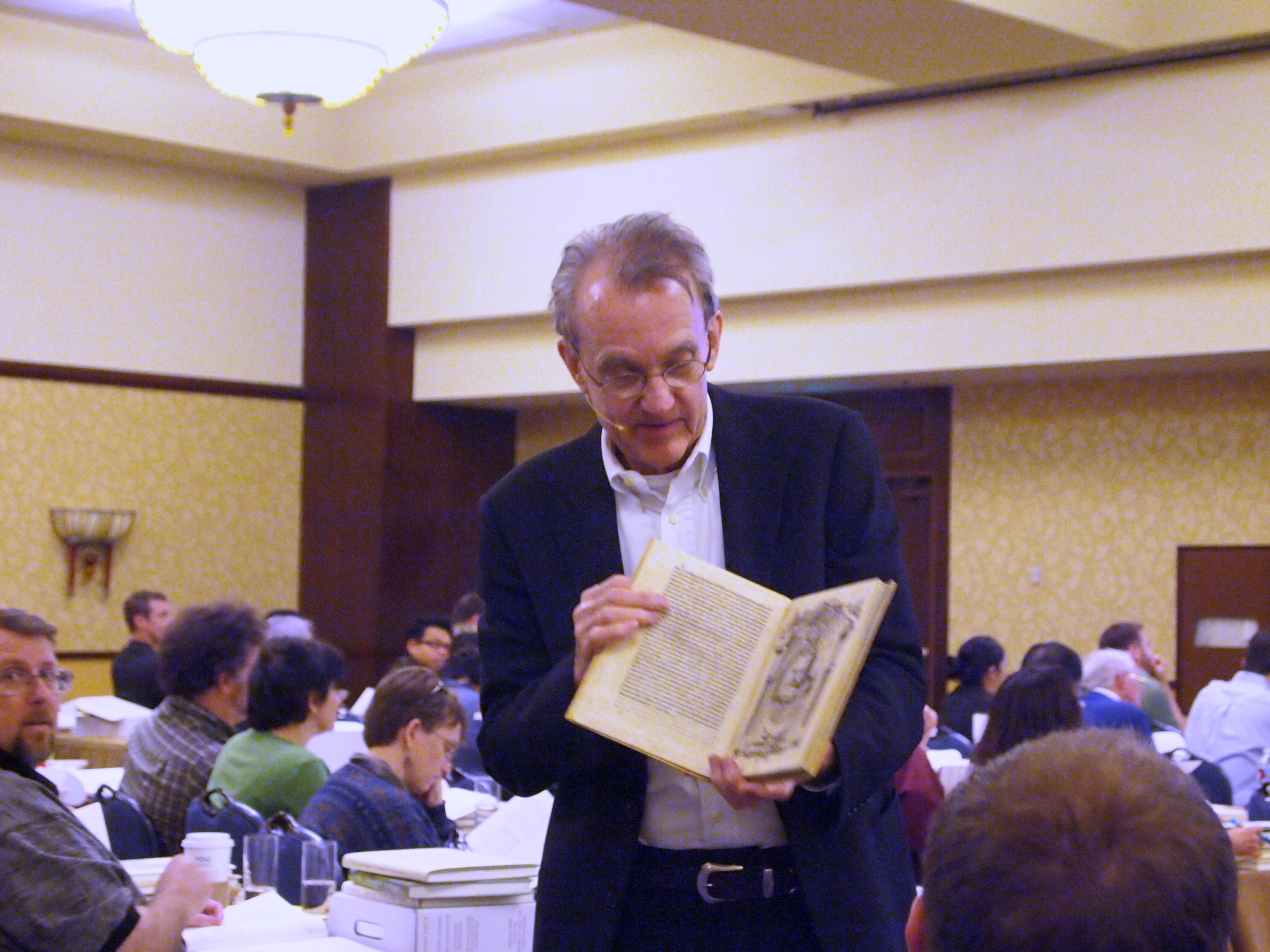 English: Edward Tufte giving a class and holdi...