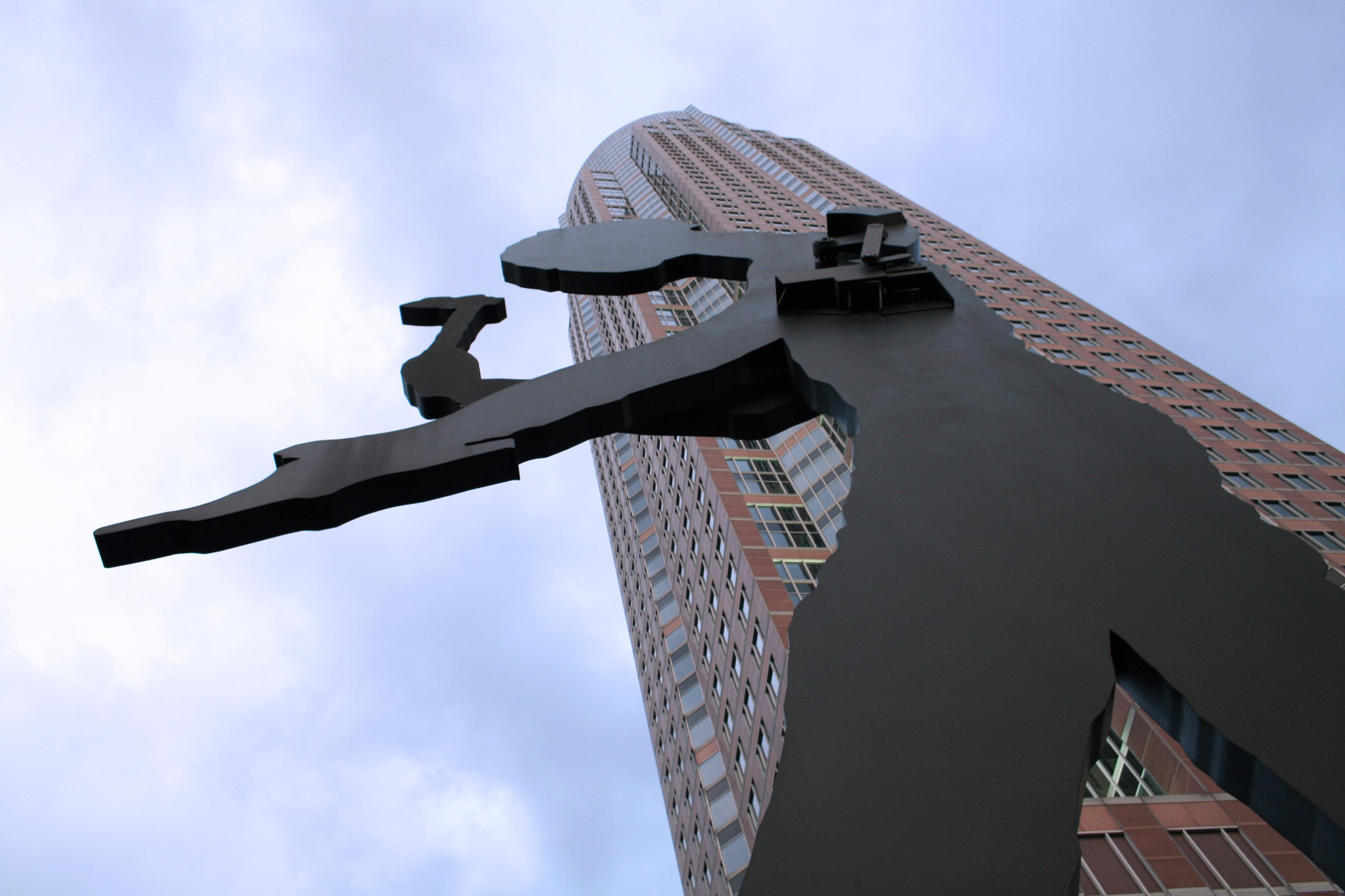 https://i1.wp.com/upload.wikimedia.org/wikipedia/commons/f/f4/Hammering_Man_vor_Messeturm.jpg