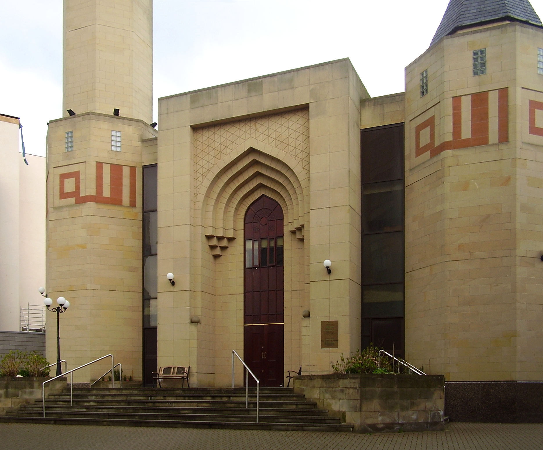 https://i1.wp.com/upload.wikimedia.org/wikipedia/commons/f/f7/Edinburgh_central_mosque_edit.jpg