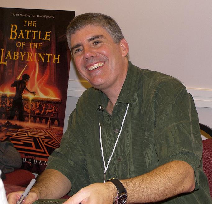 https://i1.wp.com/upload.wikimedia.org/wikipedia/commons/f/f7/Rick_riordan_2007.jpg