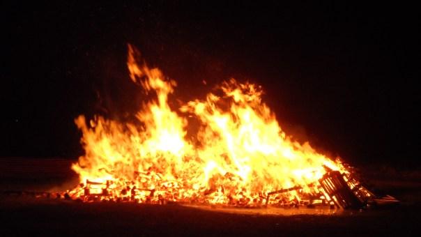 https://i1.wp.com/upload.wikimedia.org/wikipedia/commons/f/f8/Lewes_Bonfire_Night_2013_South_Street_bonfire_2.JPG?resize=604%2C340&ssl=1