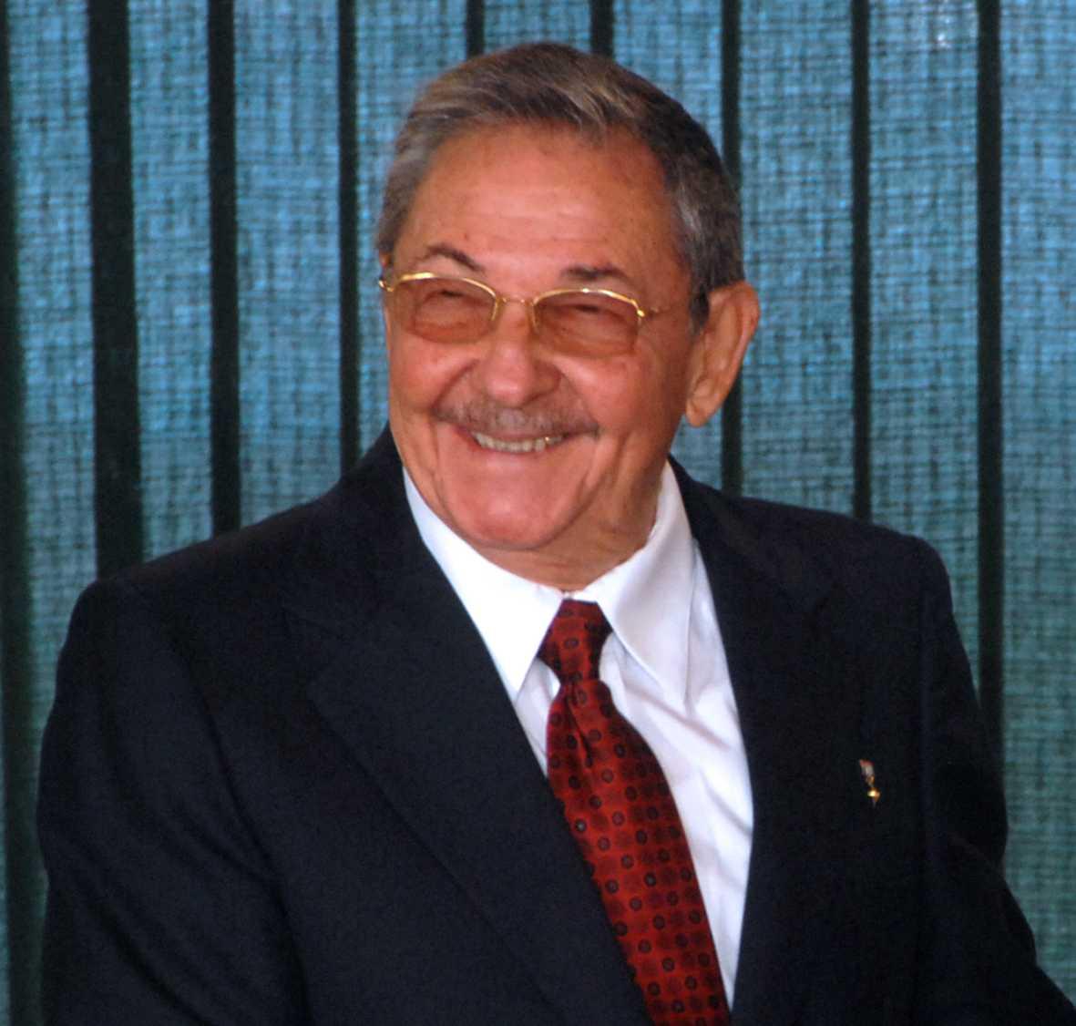 http://upload.wikimedia.org/wikipedia/commons/f/f9/Ra%C3%BAl_Castro_-_2008(edit).jpg