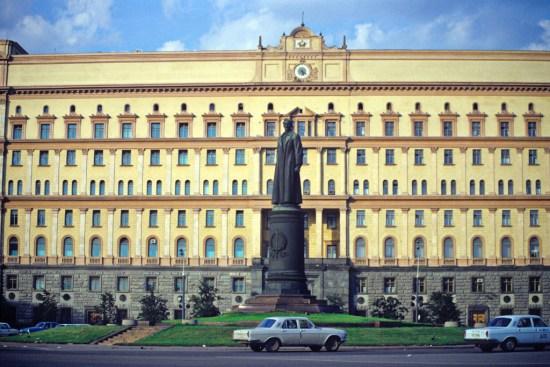 La statua di Dzerzhinsky davanti al palazzo della Lubyanka. L'edificio ancora oggi è sede dell'FSB, i servizi di sicurezza russi. La statua invece fu rimossa nel 1991 dopo il tentato colpo di stato contro Mikhail Gorbachev. Dal 1926 fino al 1991 quella che è oggi Piazza Lubyanka era chiamata Piazza Dzerzhinsky