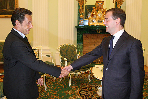 https://i1.wp.com/upload.wikimedia.org/wikipedia/commons/f/fb/Medvedev_meets_Sarkozy.jpg