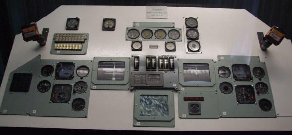 File:BURAN Cockpit-Instrumente 0, Gesamtansicht.jpg
