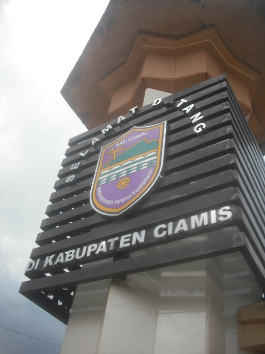 https://i1.wp.com/upload.wikimedia.org/wikipedia/commons/f/fe/Lambang_Kabupaten_Ciamis_di_sebuah_Monumen_Perbatasan.jpg