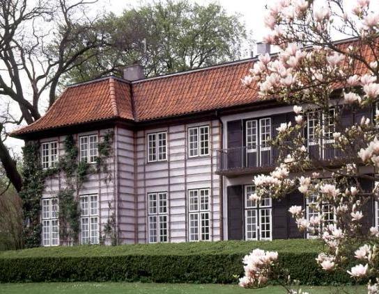 Fil:Ordrupgaards hovedbygning set fra parken.jpg
