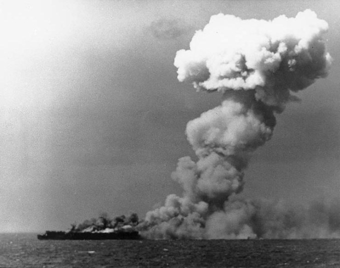 ファイル:USS Princeton (CVL-23) burning on 24 October 1944 (80-G-287970).jpg