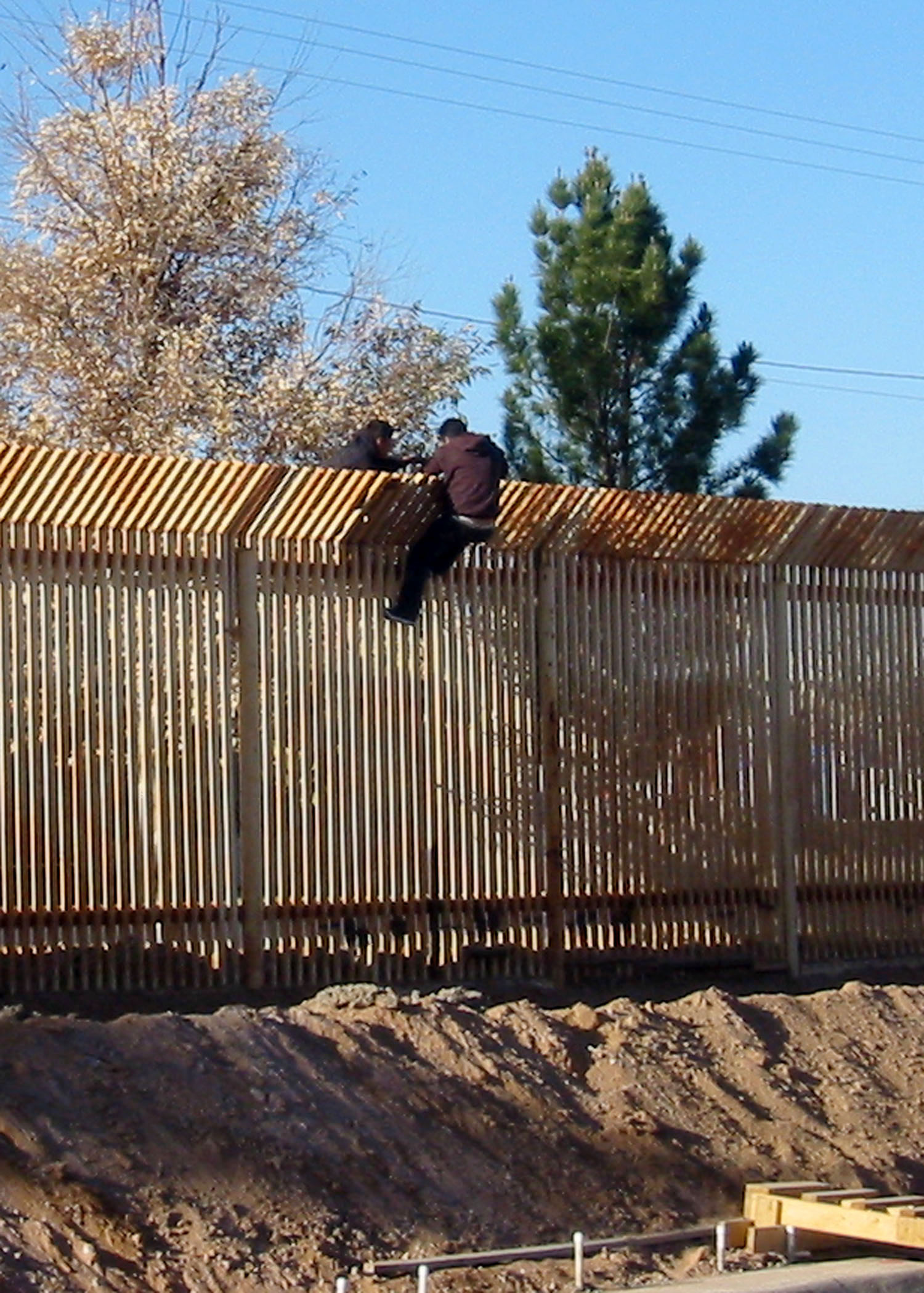 1000 images about usa mexico border fence on pinterest on border wall id=97636