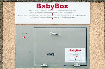 Česky: Venkovní strana babyboxu