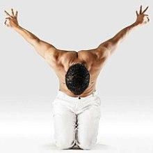 Mr-yoga-tip-toe-héros-pose.jpg