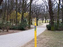 Markierung des Jakobsweges am Eingang des Ostparks in Frankfurt-Ostend