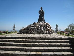 https://i1.wp.com/upload.wikimedia.org/wikipedia/commons/thumb/0/03/War_Memorial_in_Naoussa,_Imathia,_Greece.jpg/300px-War_Memorial_in_Naoussa,_Imathia,_Greece.jpg