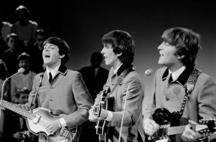 Paul McCartney, George Harrison e John Lennon no set da televisão holandesa, em 4 de junho de 1964.