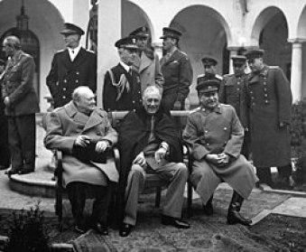 Ουίνστον Τσώρτσιλ, Ρούσβελτ και Στάλιν στην Διάσκεψη της Γιάλτας όπου συναποφασίστηκε η κατανομή των μεταπολεμικών «σφαιρών επιρροής» (Συμφωνία των ποσοστών), Φεβρουάριος 1945.