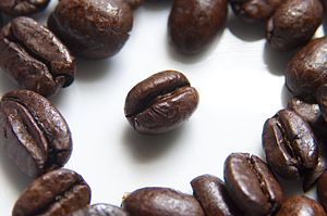 English: Roasted coffee beans photographed usi...