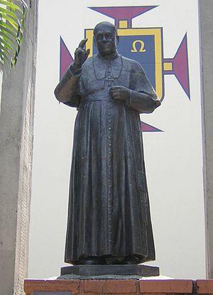 Estatua de Monseñor Tiberio de J. Salazar y He...