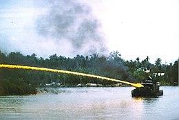 Napalm sendo usado durante a Guerra do Vietnam a partir de um barco patrulha