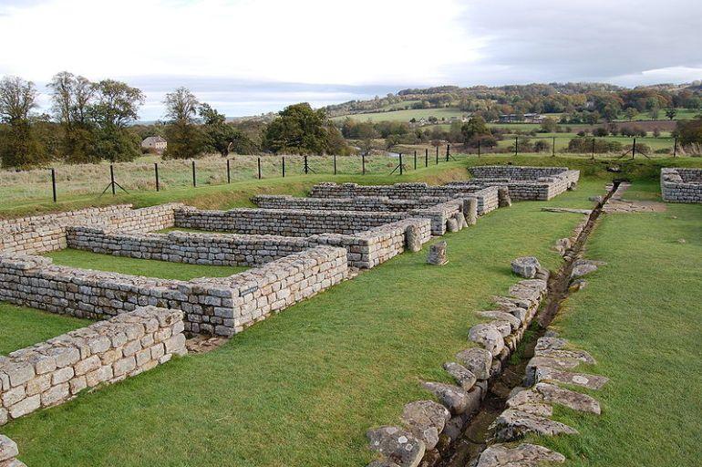 File:Chesters Roman fort barracks.jpg
