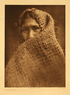 Hesquiat woman wrapped in a shawl. Nederlands:...