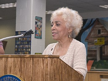 English: Actress Ruby Dee speaks to attendees ...